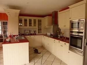 Meuble Laqué Beige : cuisine cottage coloris laque beige avec technostone rouge ~ Premium-room.com Idées de Décoration