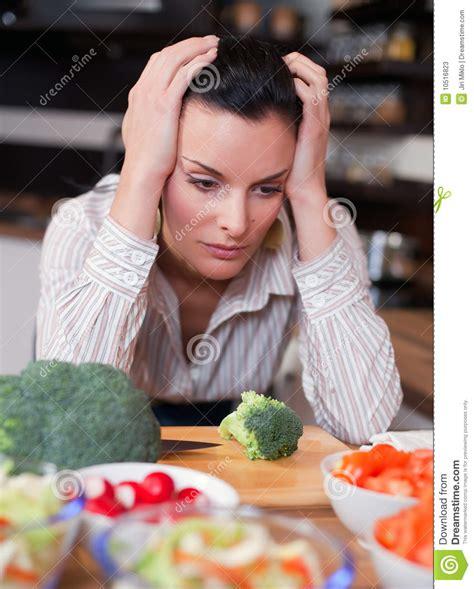 femme a la cuisine femme triste dans la cuisine photos stock image 10516823