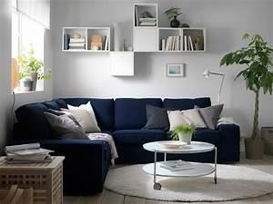 sejour avec un canape d39angle bleu et de nombreux coussins With tapis d entrée avec ikea canape bleu