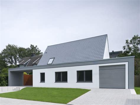 Moderne Häuser Mit Satteldach Am Hang by Raffiniertes Haus Im Modernen Look Satteldach Haus
