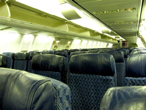 file american airlines boeing 737 800 cabin 2010 jpg wikimedia commons