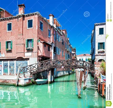 canal de venise avec le pont et maisons dans l eau photo stock image 38830271
