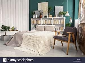 Bett An Der Decke : wei und gr n schlafzimmer innenraum mit einem strick decke auf beige bett zwischen vintage ~ Frokenaadalensverden.com Haus und Dekorationen