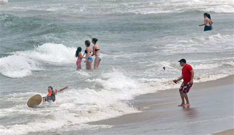 tourists settle   holiday weekend  outer banks