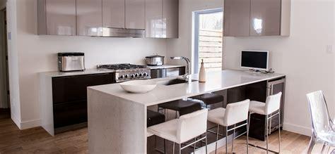 lustre cuisine cuisine moderne au fini lustré avec comptoirs de quartz