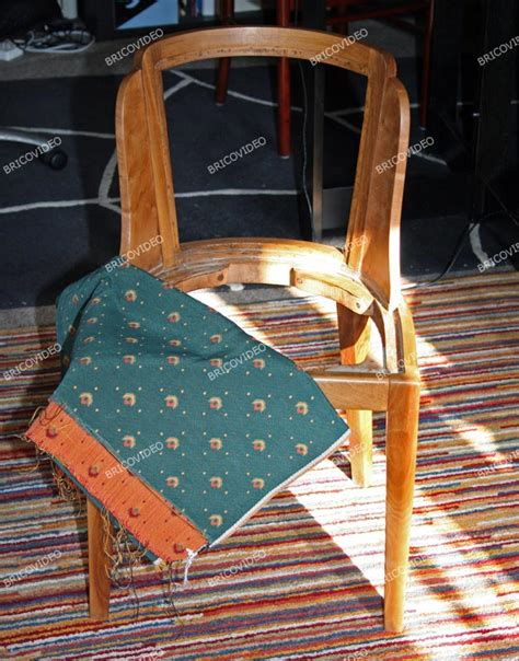 changer l assise d une chaise bricolage restauration d 39 une chaise en bois refaire assise dossier et pose du tissu