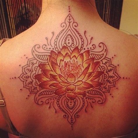 fleur de lotus femme  tatouer style mandala haut du dos