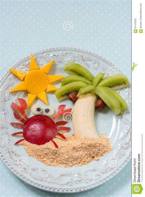 dessert de fruit pour l enfant d enfant avec le kiwi la banane et la poire photo stock image