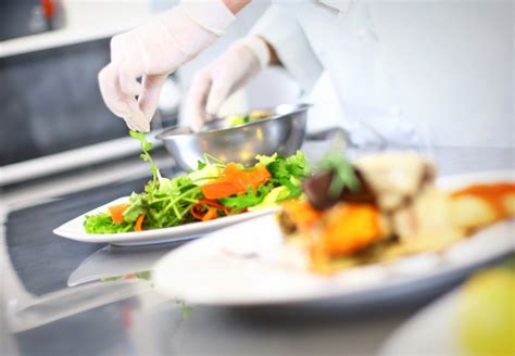 c est quoi un commis de cuisine métiers de la cuisine commis cuisinier chef patissier