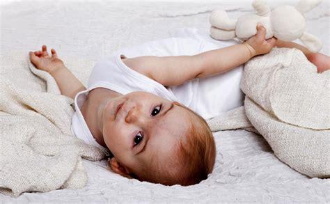 ab wann spürt baby außen baby drehen alles 252 ber den wichtigen entwicklungsschritt