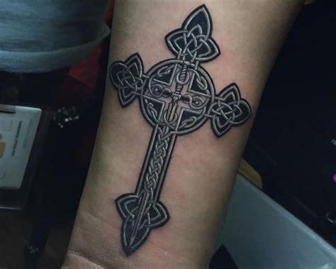 schwert tattoo motive und ihre symbolische bedeutung