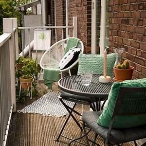 Balkongestaltung Kleiner Balkon : kleiner balkon mit gem tlichen sitzm beln sitzm bel balkon gestaltung balkon ideen ~ Orissabook.com Haus und Dekorationen