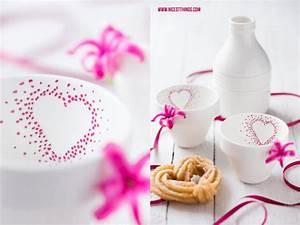 Porzellan Bemalen Mit Kindern : tassen mit herz selber bemalen zum valentinstag diy geschirr bemalen tassen bemalen ~ Frokenaadalensverden.com Haus und Dekorationen
