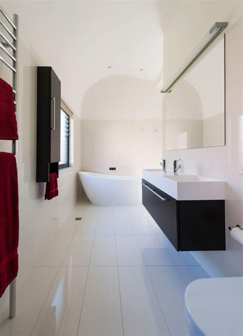 mit den füßen zum fenster schlafen doppel waschtisch wand spiegel wandschrank handtuchhalter rote handt 252 cher freistehende badewanne