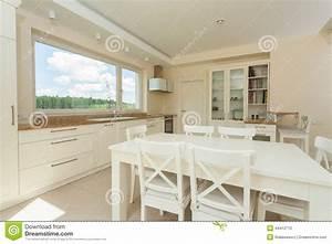 Table Cuisine Blanche : cuisine contemporaine avec la grande table blanche photo stock image du domestique lumi re ~ Teatrodelosmanantiales.com Idées de Décoration