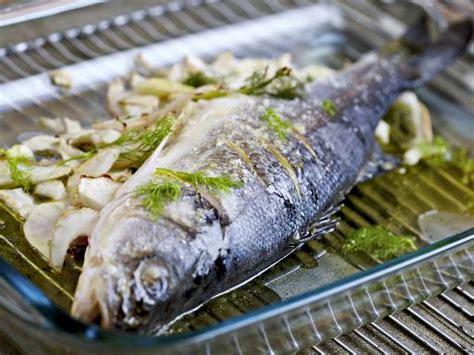 cuisine bar poisson recette bar grillé aux herbes notre recette bar grillé