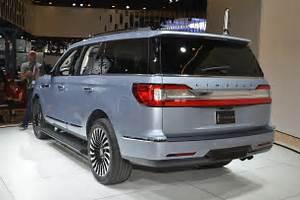 2018 Lincoln Navigator rear three quarter 1 - Motor Trend