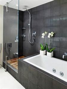 Kleines Badezimmer Modern Gestalten : moderne badgestaltung mit einer badewanne dusche wand aus glas und zwei blumen 77 badezimmer ~ Sanjose-hotels-ca.com Haus und Dekorationen