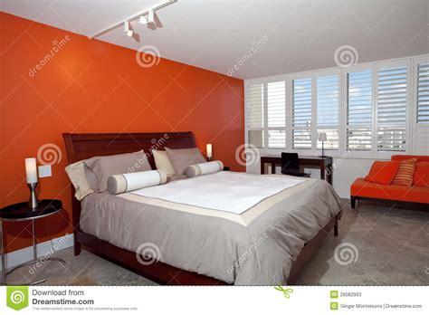 le chambre a coucher chambre à coucher avec le mur orange brûlé photos stock