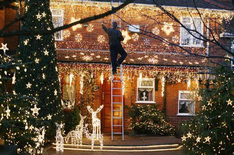 hang outdoor christmas lights