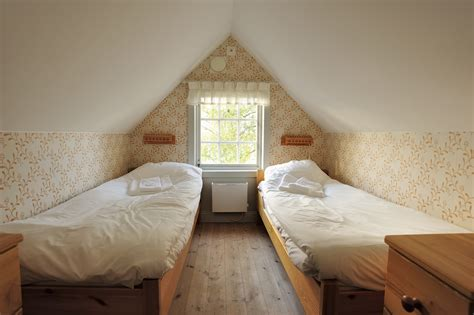 Organize A Small Bedroom by Organizing Small Bedroom It S All About The Right Size