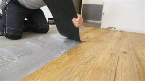 vinylboden kleben auf fliesen vinylboden kleben die 4 arten klebevinyl zu verlegen planeo