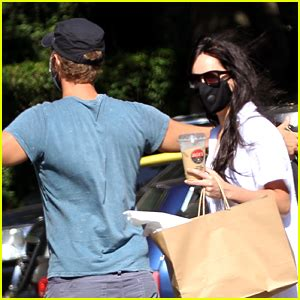 Dakota Johnson & Chris Martin Enjoy a Picnic in the ...