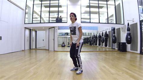 salle de danse gratuite tutoriel hip hop waves bras et buste cours de danse en ligne amalia salle