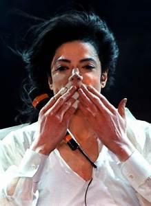 "Michael Jackson – ""Earth Song"" At The World Music Awards ..."
