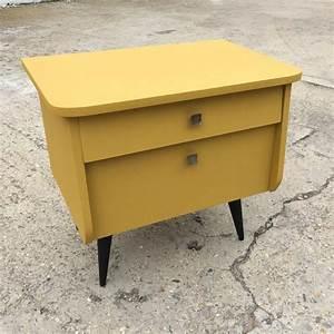 Table De Chevet Jaune : un chevet vintage de couleur jaune moutard house pinterest ~ Melissatoandfro.com Idées de Décoration