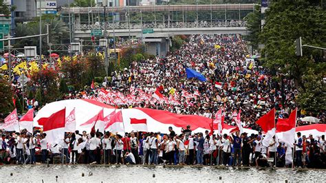 tens  thousands march  indonesia  support