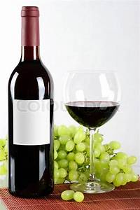 Weinglas Auf Flasche : flasche und glas rotwein und trauben auf der r ckseite isoliert auf wei em hintergrund ~ Watch28wear.com Haus und Dekorationen