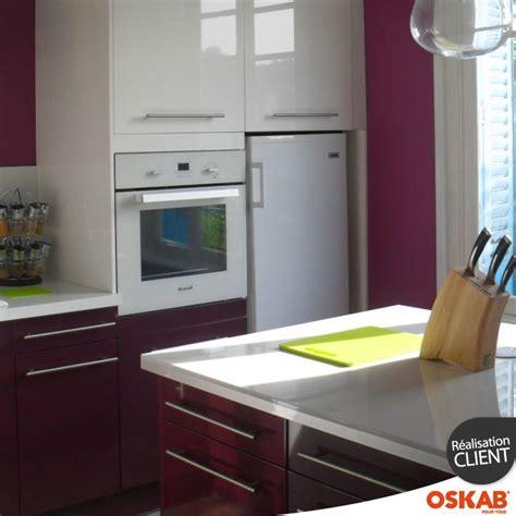 cuisine blanche et aubergine idée relooking cuisine cuisine moderne design bicolore
