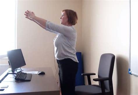 VIDEO: Plecu savilka? Fizioterapeite demonstrē vingrojumus biroja darbiniekiem - Zeltene | Home ...