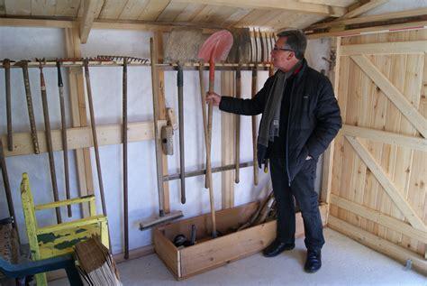 rangement outils jardin rangement 224 outils dans la cabane jardin partag 233 des nouzeaux