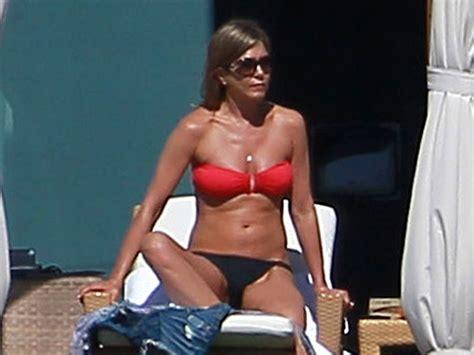 jennifer aniston sexy jennifer aniston toujours sexy en bikini rouge photos