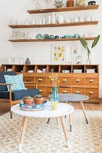 Vintage Wohnzimmer Möbel : wohnzimmer deko im vintage look mit 60er jahre sessel apothekerschrank und dekoideen in ~ Frokenaadalensverden.com Haus und Dekorationen