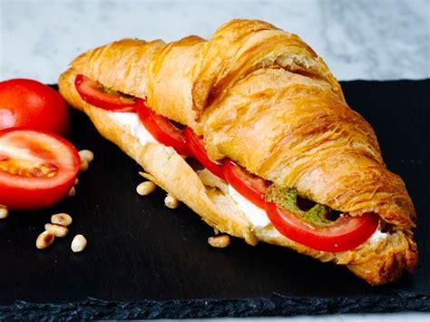 croissant gefuellt mit fleisch und gemuese kostenlose foto