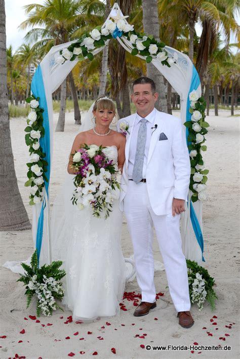 heiraten unter einem romantischen rosenbogen  florida