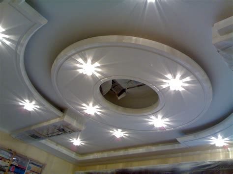 les faux plafond en platre photos de plafond en platre pltre de couleur dans le couloir with photos de plafond en platre