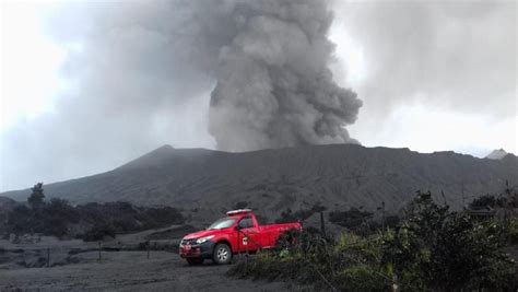 gunung bromo erupsi wisatawan  bisa berkunjung