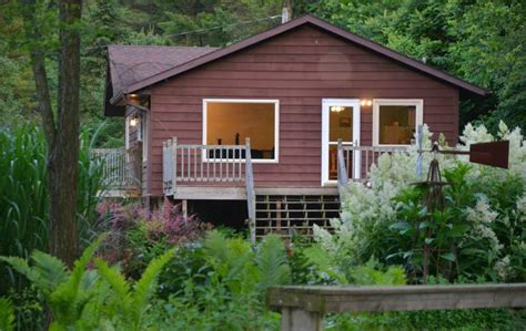 cabin rentals in iowa white pine cottage 4 bedroom cabin with tub