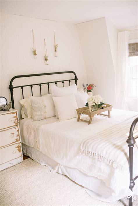 easy bedroom makeover farmhouse guest bedroom makeover lynzy co 11491