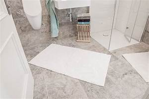 Teppich Auf Fliesen : weie fliesen stunning grauer teppich auf streifen wie fliesen in einem cafe bunte sthlen und ~ Eleganceandgraceweddings.com Haus und Dekorationen