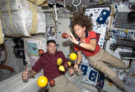como duermen los astronautas en el espacio muy interesante