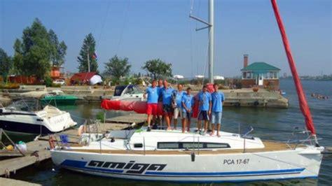 Regatē vadībā esošas jahtas komanda izglābj cilvēkus no grimstošas laivas