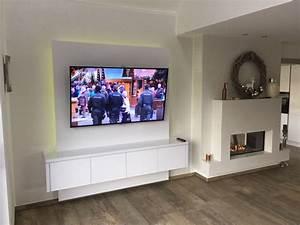 Fernseher Aufhängen Wand : schneewei e tv wand f r elegantes musterhaus tv wall by ~ Michelbontemps.com Haus und Dekorationen