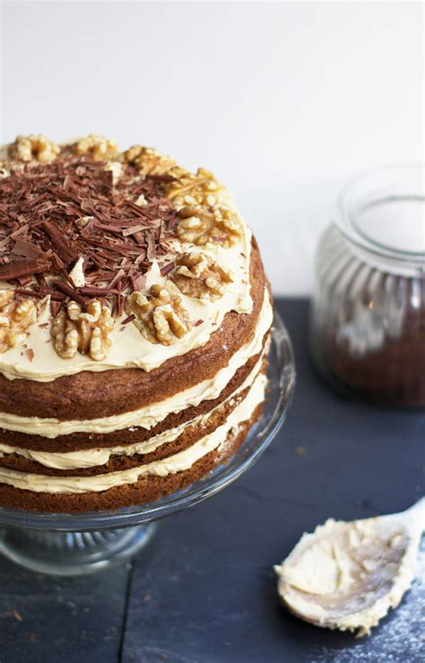 Decorate the cake with the remaining walnuts as they are, or lightly caramelised. Coffee + walnut layer cake {for Jason's birthday!} | Cider with Rosie