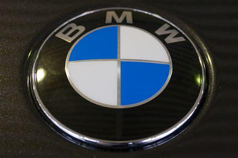 bmw emblem motorhaube foto bmw emblem auf der motorhaube des bmw 750li vergr 246 223 ert