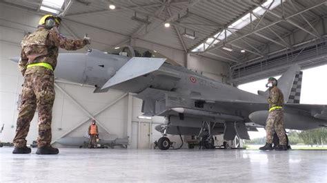Itālijas Gaisa spēku pulkvedis: Reaktīvās lidmašīnas vadīšana ir kā